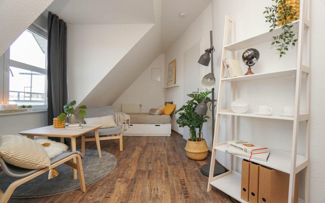 Homestaging einer sehr kleinen Studentenwohnung mit Dachschräge